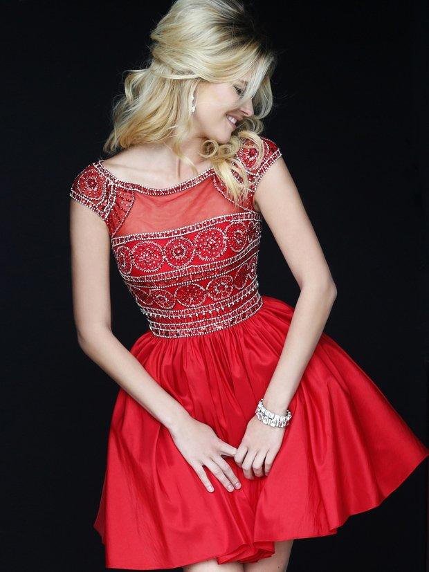 Короткое выпускное платье алого цвета с декором из стразов и бусин.