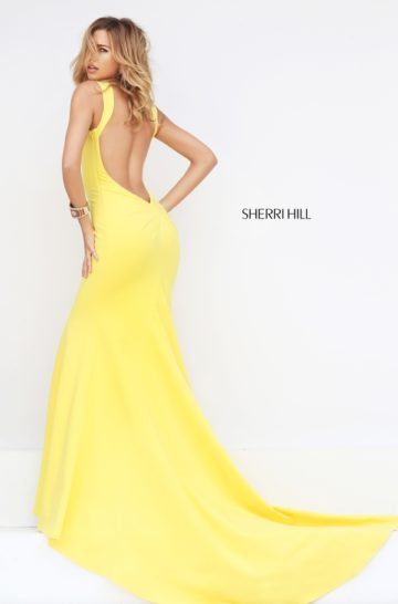 Желтое выпускное платье облегающего кроя со шлейфом.
