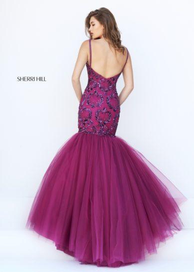 Выпускное платье с силуэтом «русалка» и открытой спинкой.