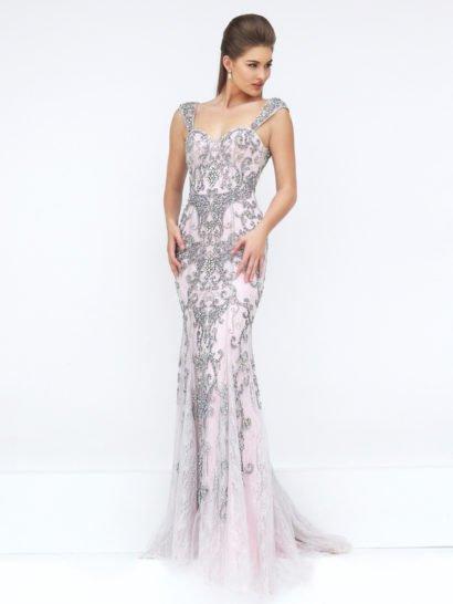 Облегающее фигуру выпускное платье розового цвета по всей длине декорировано незабываемым крупным узором, созданным в серых тонах. Крупные стразы, бусины и пайетки создают изысканные абстрактные линии, подчеркивающие изгибы фигуры и дополняющие чувственный открытый лиф, украшенный сверху широкими бретелями из плотной ткани. Облегающую юбку дополняет кружевная ткань в качестве верхнего слоя.