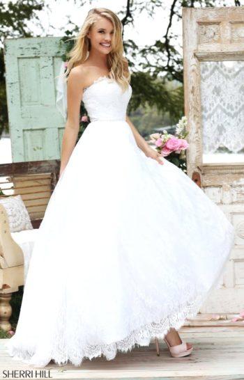 Романтичное выпускное платье цвета слоновой кости со шлейфом.
