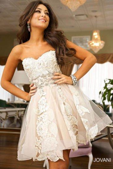 Короткое выпускное платье с декором из белого кружева и бисерной вышивки.