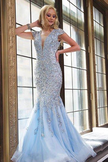 Выпускное платье голубого цвета с силуэтом «русалка», расшитое бисером.