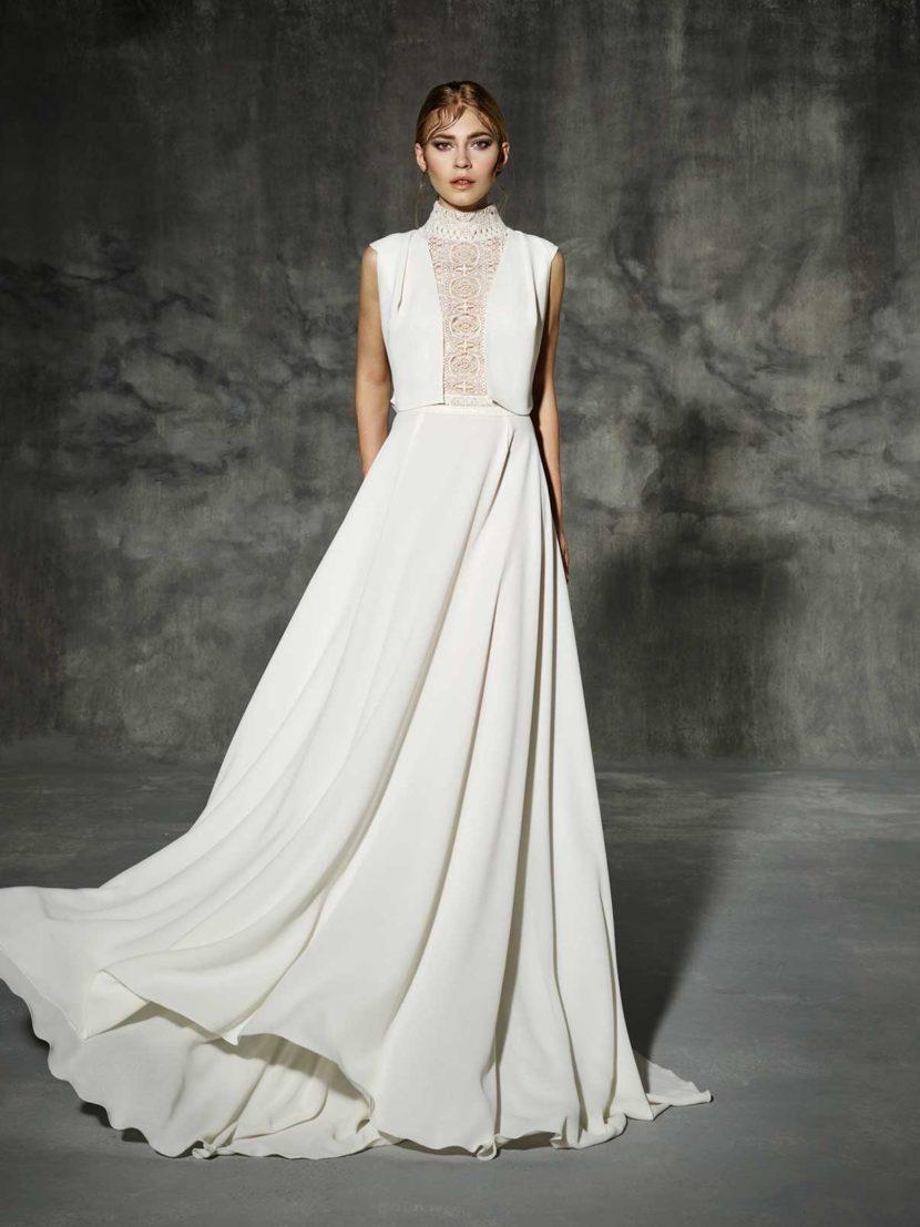 Изысканное свадебное платье с закрытым верхом из кружева.