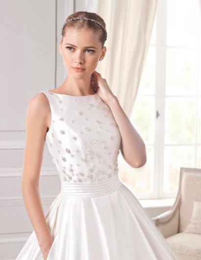 Роскошное свадебное платье силуэта «принцесса» из атласной ткани.