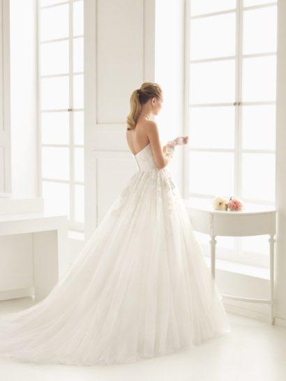 Классическое свадебное платье А-силуэта с кружевом.
