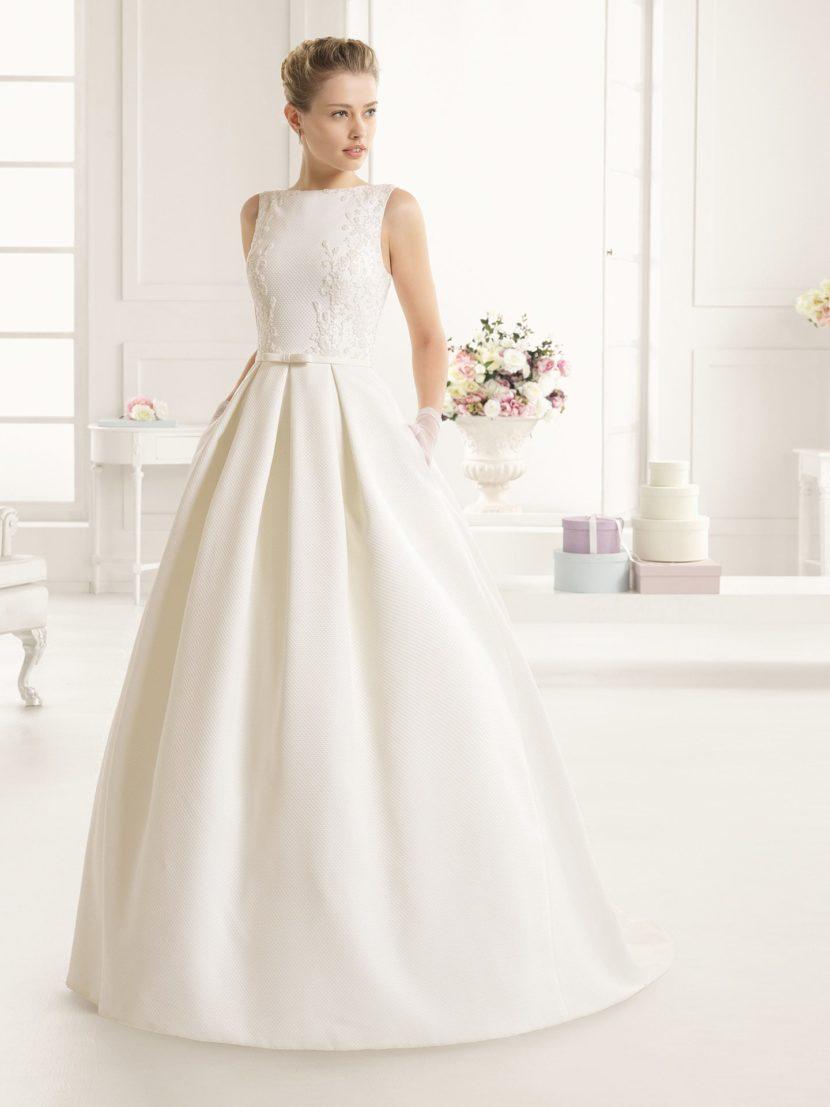 Закрытое свадебное платье с пышным силуэтом.