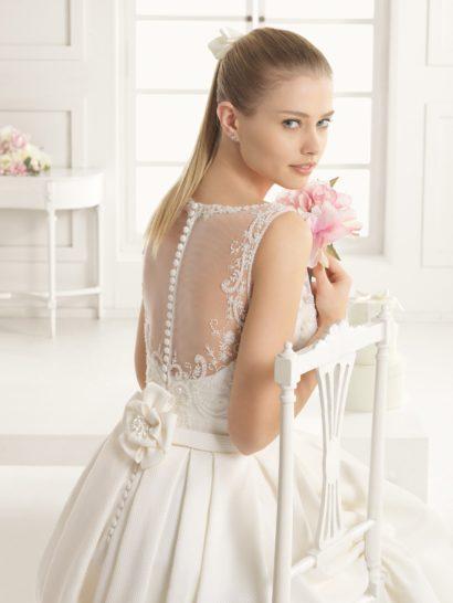 Роскошное свадебное платье с шлейфом.