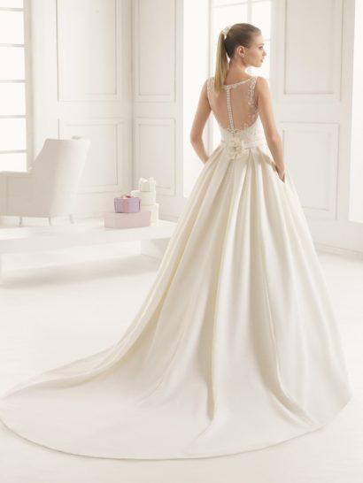Роскошное пышное свадебное платье с шлейфом.