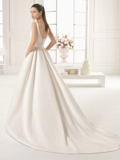 Свадебное платье-трансформер с длинным шлейфом.