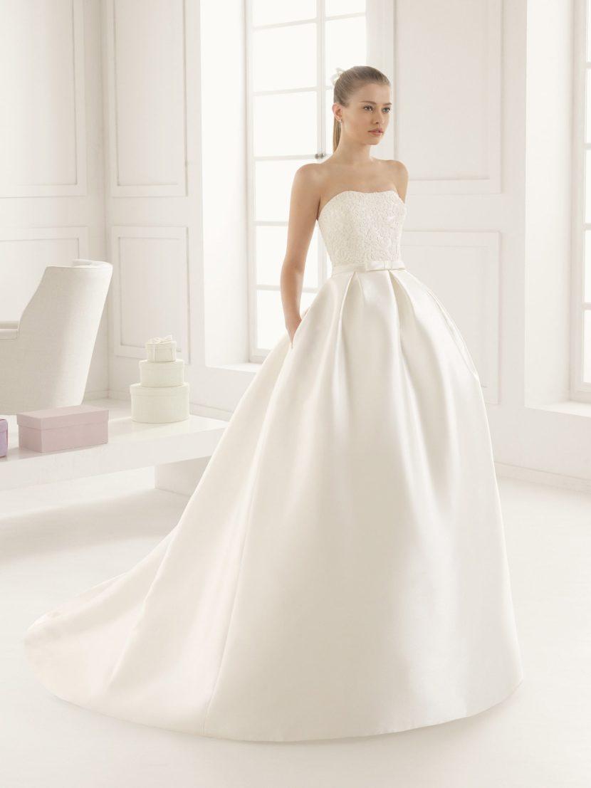 Пышное свадебное платье с вышитым корсетом.