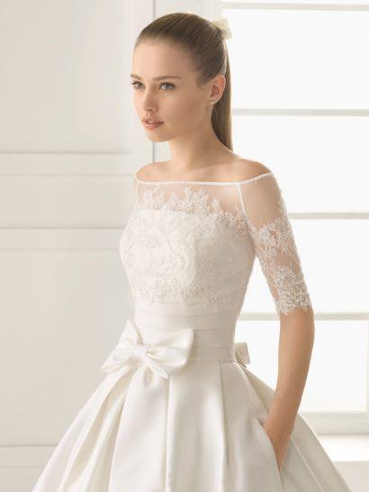 Пышное свадебное платье с изысканным декором и шлейфом.