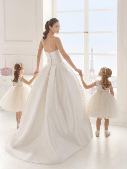 Пышное свадебное платье с кружевным топом и роскошным поясом.