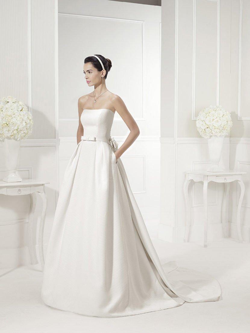 Стильное свадебное платье «принцесса» с открытым лифом.