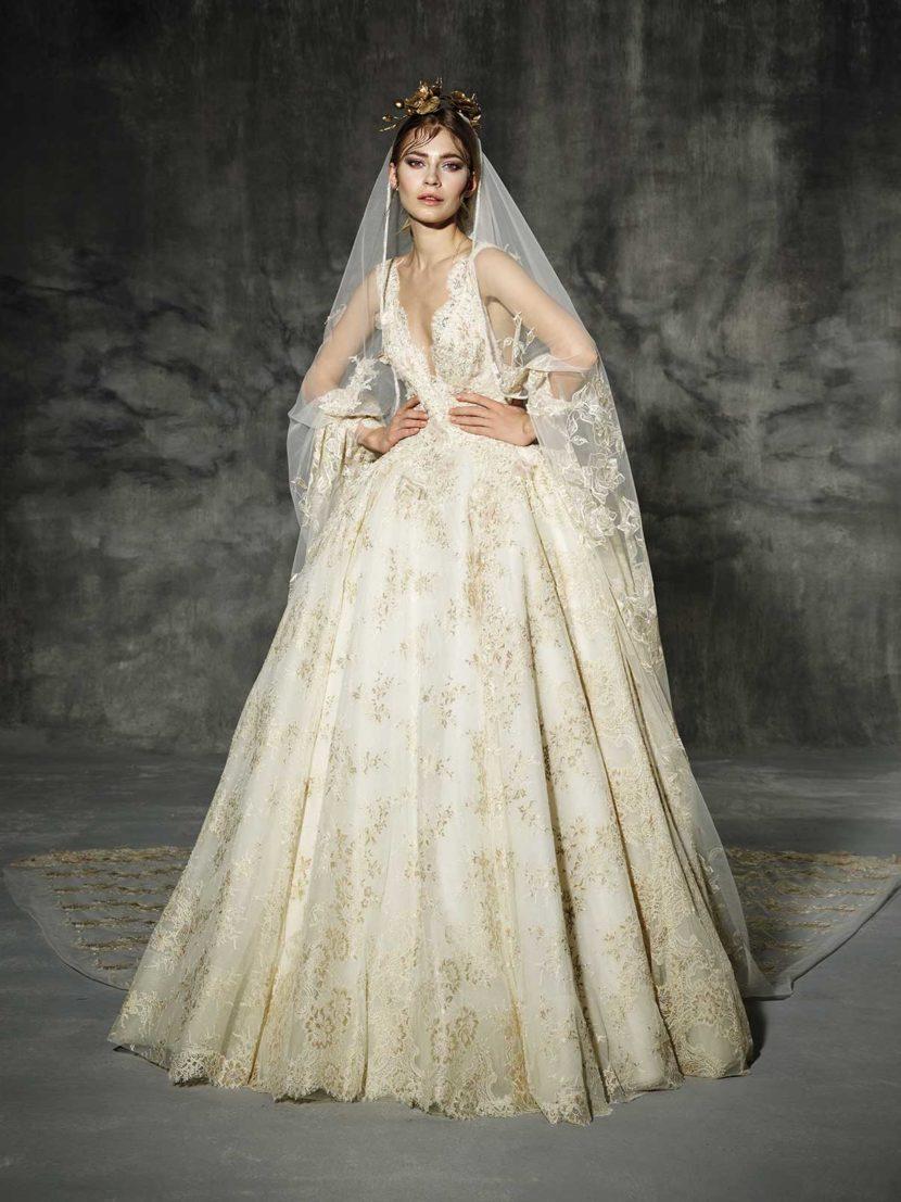 Пышное свадебное платье с декором из золотистого кружева.