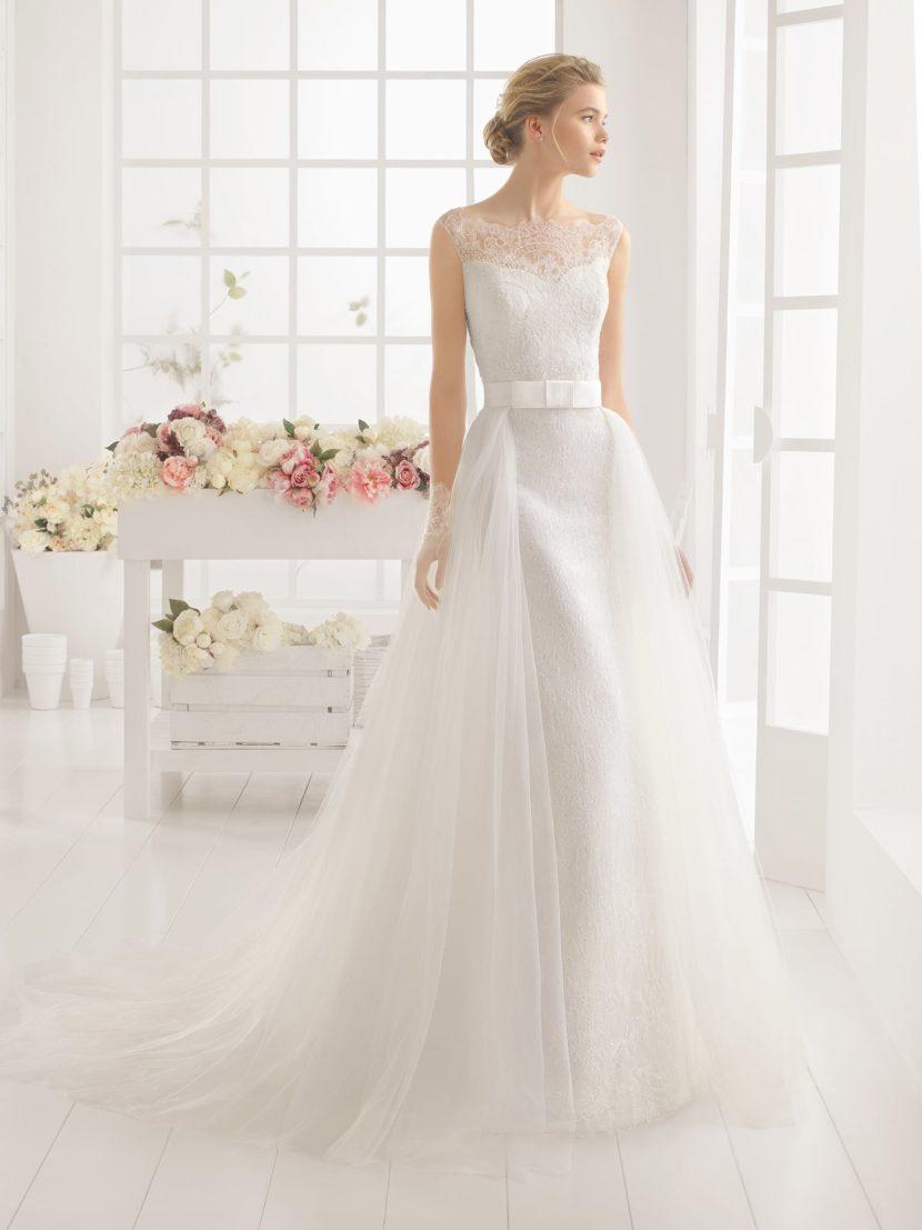 Кружевное свадебное платье с верхней юбкой А-силуэта.