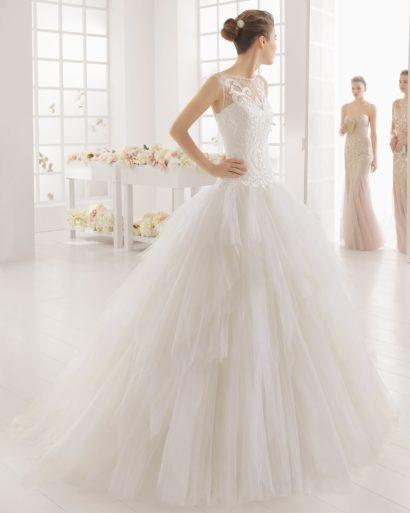 Пышное свадебное платье с романтичной юбкой и кружевным верхом.