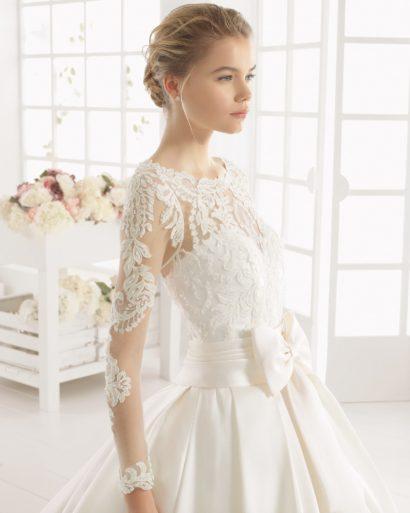 Роскошное свадебное платье с пышным силуэтом и поясом с бантом.