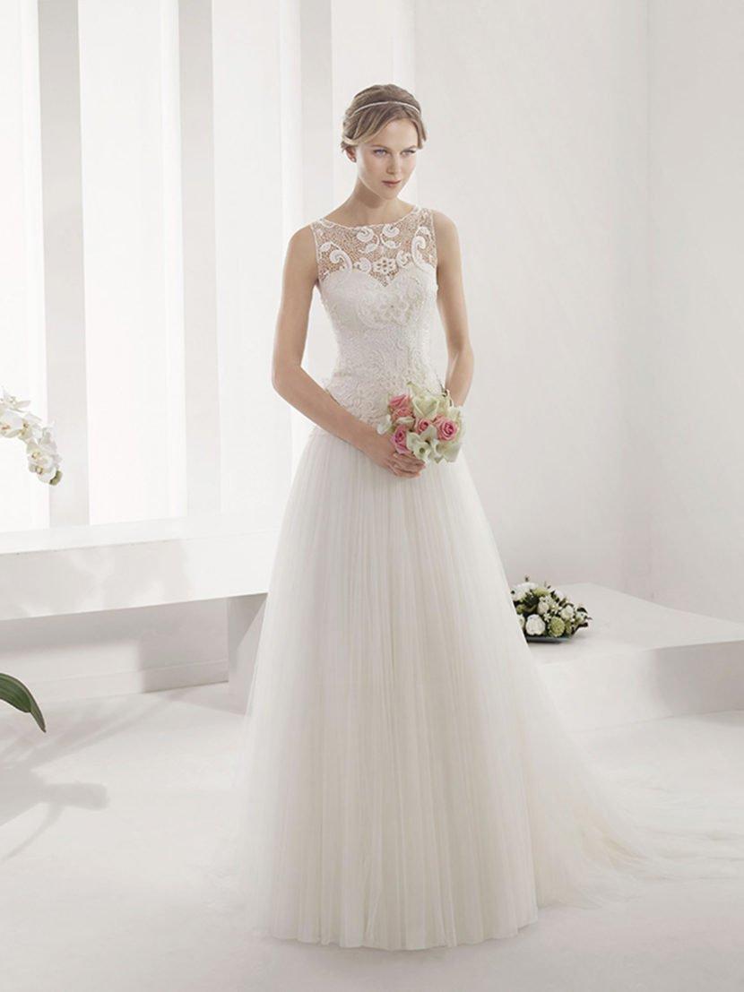 свадебное платье с романтичным кружевным декором.