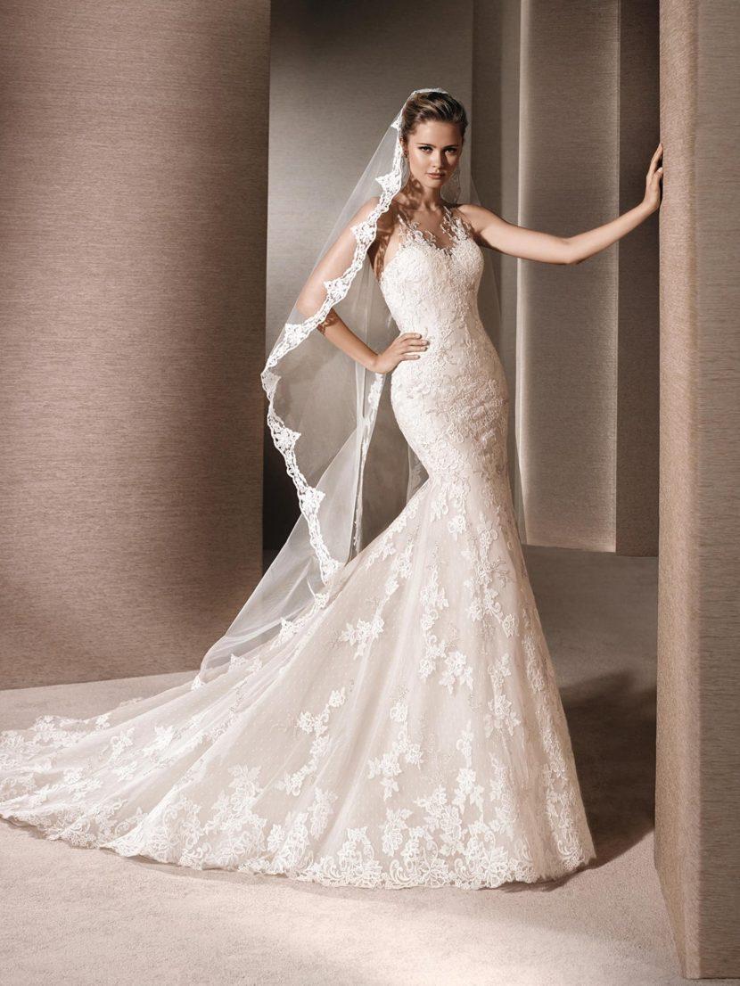 Свадебное платье силуэта «русалка» с длинным шлейфом и кружевным декором.