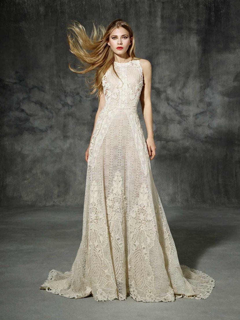 Прямое свадебное платье из ажурной ткани с кружевными аппликациями.