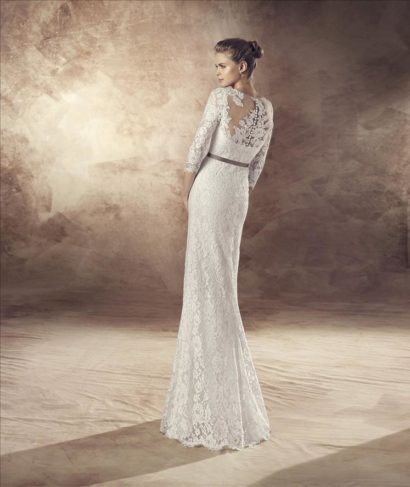 Кружевное свадебное платье прямого силуэта с контрастным поясом.