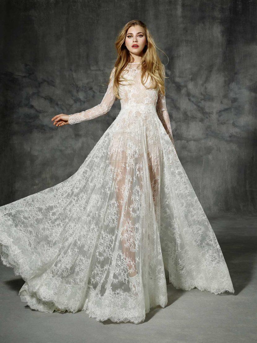 Кружевное свадебное платье с прямым силуэтом и длинным рукавом.