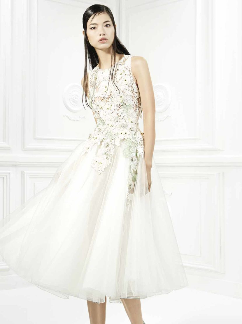 Короткое вечернее платье с кружевной отделкой верха.