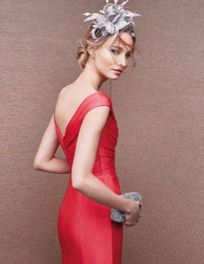 Алое вечернее платье с красивыми драпировками на лифе и у талии.