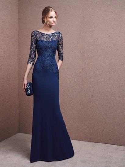 Стильное вечернее платье максимальной длины, обрисовывающее фигуру лаконичным прямым силуэтом.  Глубокий синий оттенок ткани поддерживает цвет бисерной вышивки, покрывающей кружево на лифе и рукавах длиной чуть ниже локтя.  Ажурный округлый вырез позволяет прекрасно подчеркнуть форму шеи.  На спинке вечернего платья располагается небольшой округлый вырез с ажурным обрамлением.