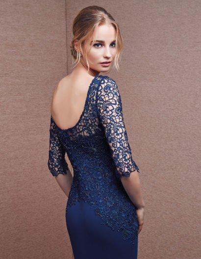 Синее вечернее платье с округлым вырезом сзади и юбкой максимальной длины.