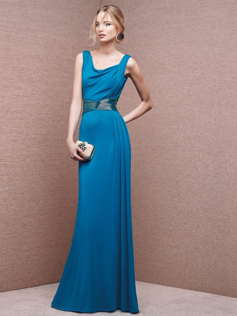 Вечернее платье с широким поясом и драпировками на лифе.