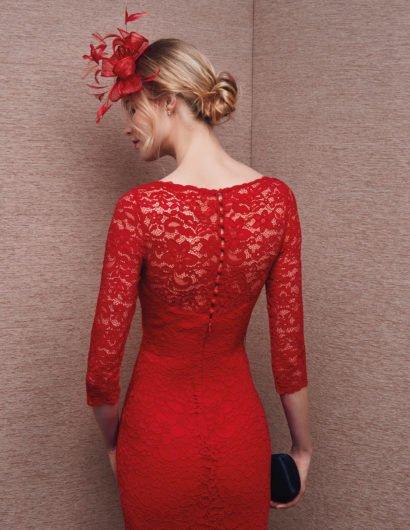 Красное вечернее платье из кружевной ткани с длинными рукавами и вырезом каре.