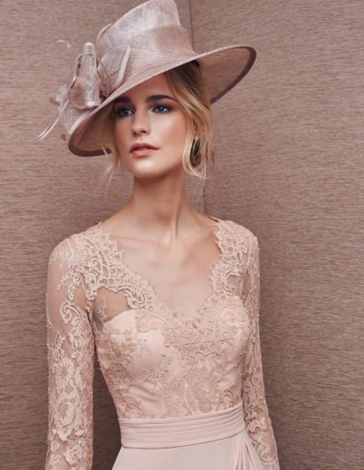 Розовое вечернее платье с кружевными рукавами и V-образным декольте.