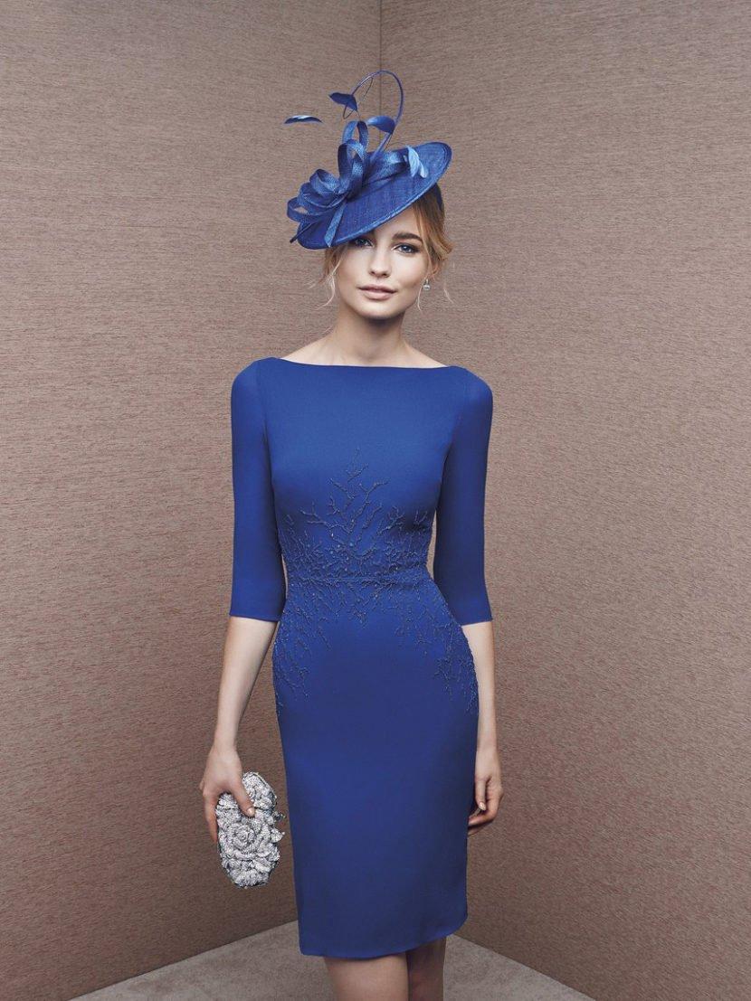 Синее вечернее платье облегающего силуэта с отделкой из бисерной вышивки.