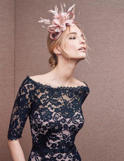 Кружевное вечернее платье с узким поясом и рукавами до локтя.