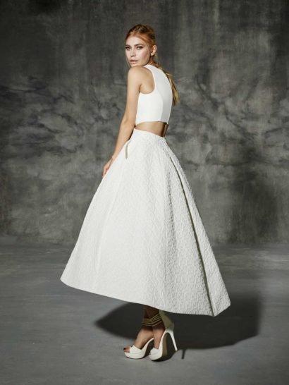 Эксцентричное свадебное платье с укороченной юбкой и разрезами по бокам на талии.