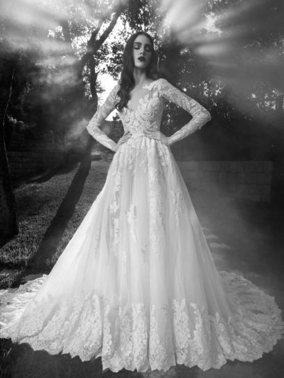 Безупречно красивое свадебное платье с закрытым верхом создано для мечтательной невесты с изысканным вкусом.   Лиф с длинными облегающими рукавами выполнен из комбинации прозрачной ткани и плотных ажурных аппликаций, растительным рисунком покрывающих верхнюю половину платья.   На юбке с полупрозрачным верхом и длинным шикарным шлейфом кружево используется по нижней половине, горизонтально располагаясь широкой фигурной полосой.  Эксклюзивно в салоне Виктория  Свадебное платье 2016 года