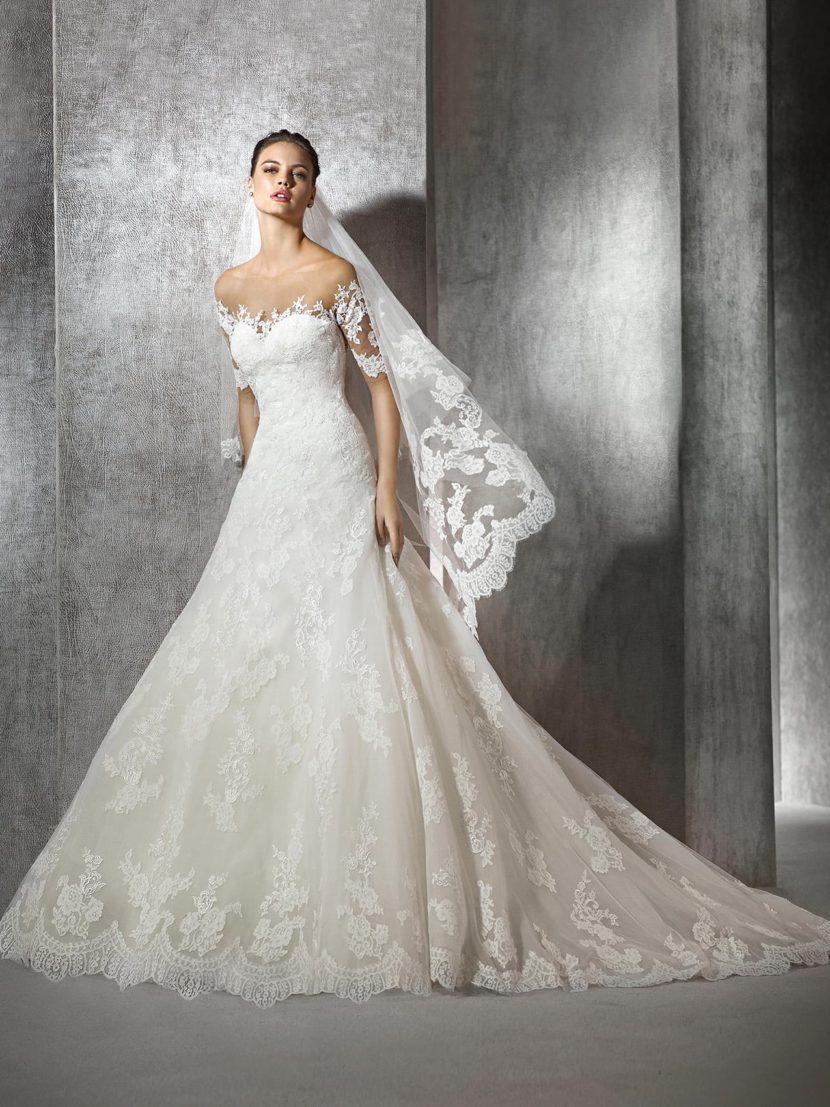 Изысканное свадебное платье с кружевным декором и глубоким декольте на спинке.
