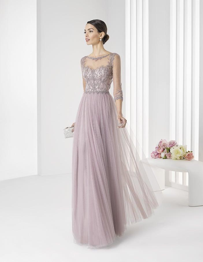 Вечернее платье лавандового оттенка с длинными полупрозрачными рукавами и кружевным декором.