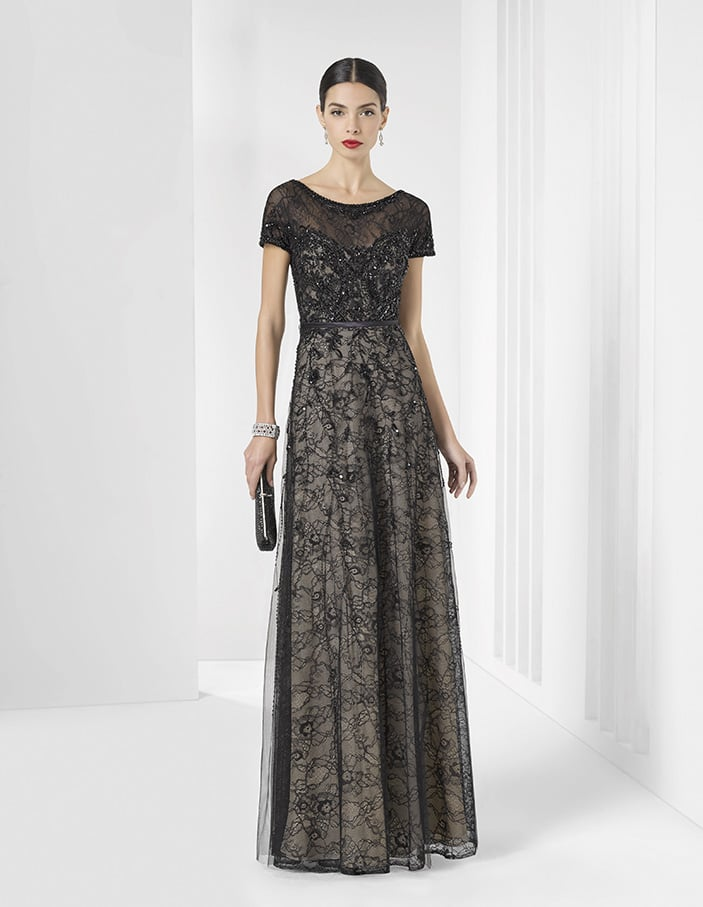 Стильное вечернее платье черного цвета с кружевной отделкой и короткими рукавами.