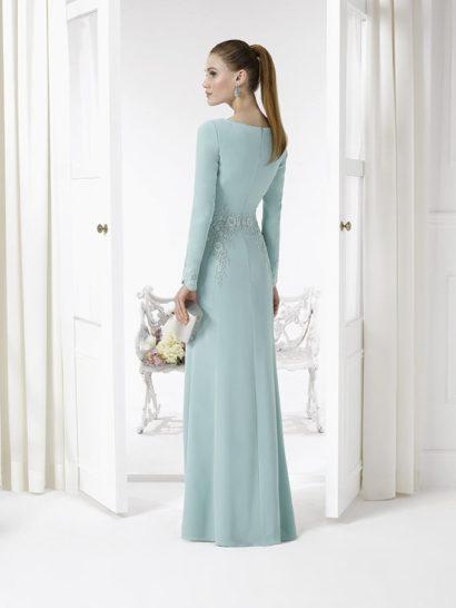 Закрытое вечернее платье голубого цвета, украшенное цветочной вышивкой по линии талии.