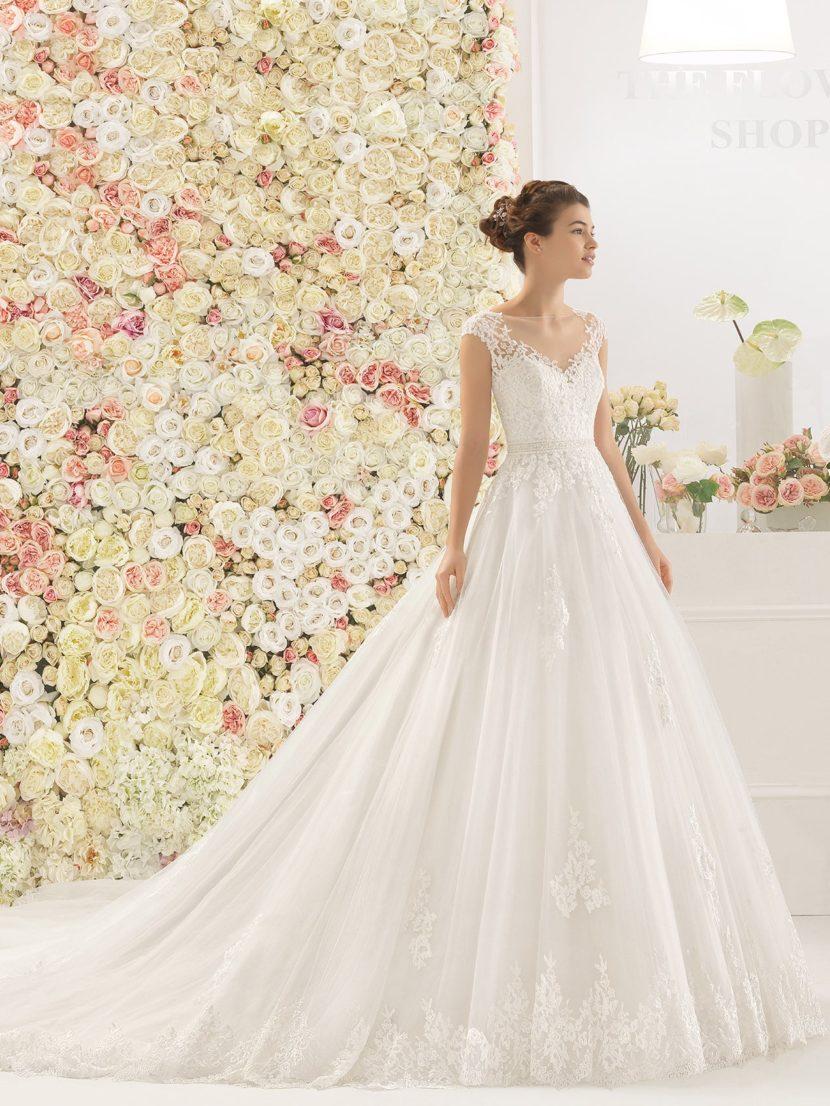 Элегантное свадебное платье с отделкой из кружева и длинным шлейфом.
