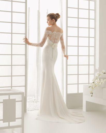 Свадебное платье с кружевной отделкой верха и лаконичной облегающей юбкой.