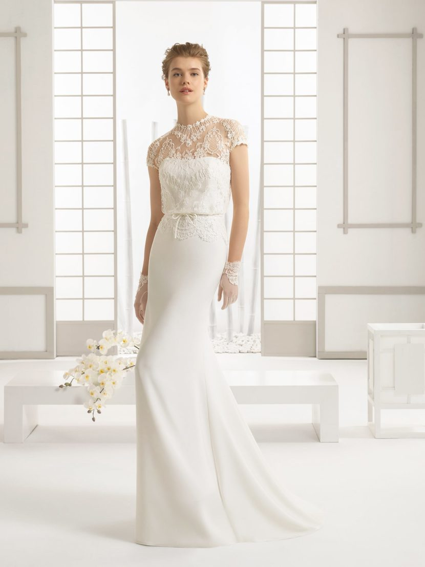 Элегантное свадебное платье прямого кроя с кружевным верхом и небольшим шлейфом.