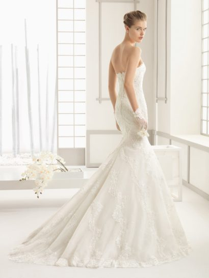 Свадебное платье «рыбка» с кружевной отделкой по всей длине и небольшим шлейфом.