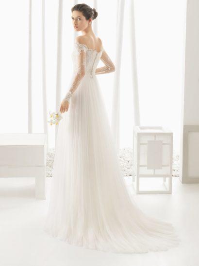 Свадебное платье в ампирном стиле с кружевными рукавами и портретным декольте.