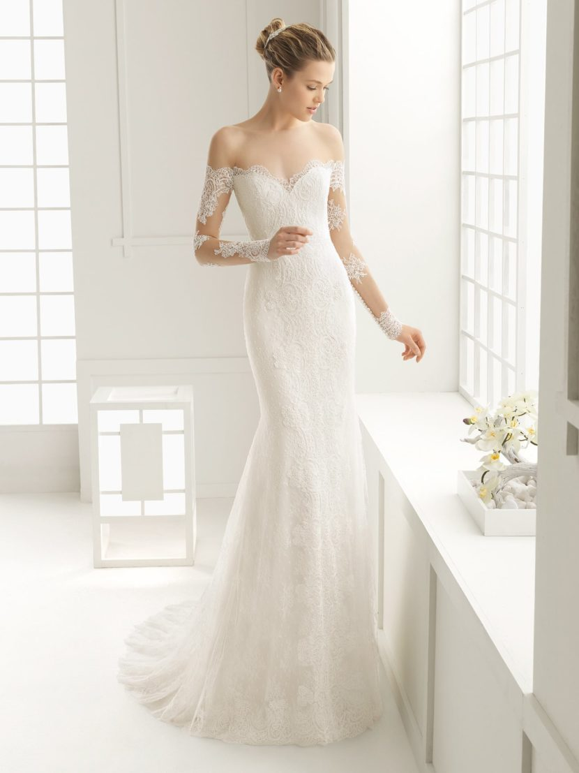 Изящное свадебное платье с открытой спинкой и глубоким портретным декольте.
