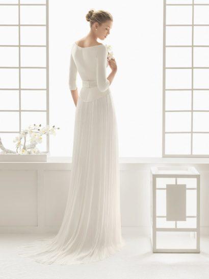 Элегантное свадебное платье прямого кроя с открытым верхом и юбкой-плиссе.