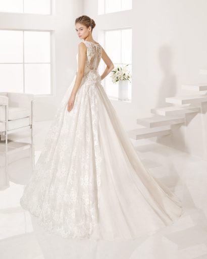Кружевное свадебное платье с широким сверкающим поясом и полупрозрачной спинкой.